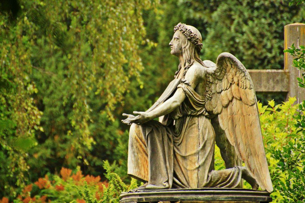 Anioł na cmentarzu